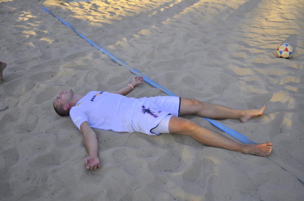 Олег лежит